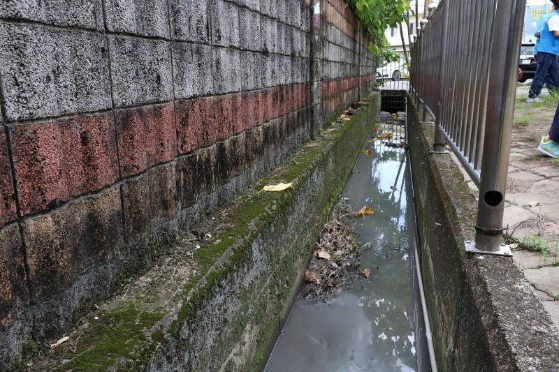 ▲石榴國小校園旁的水利溝渠有待清淤。(圖/記者蘇榮泉攝,2020.06.01)