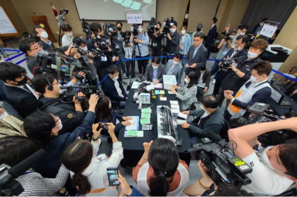 ▲韓國通訊委員會示範投票。(圖/翻攝自《韓聯社》)