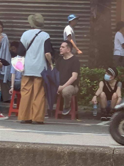 ▲▼黃秋生被台灣網友目擊在路邊工作。(圖/爆廢公社二館)