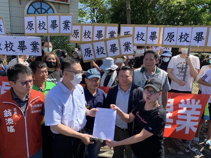 稻江學生校門口抗議 要求原校畢業