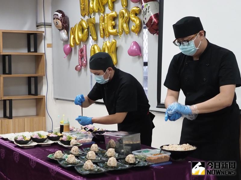 ▲進修部餐廚系四年甲班學生現場製作紫蘇涼麵與三角飯團。(圖/記者陳雅芳攝,2020.06.02)