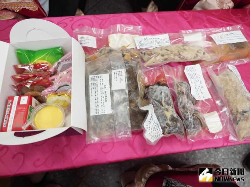 ▲餐廚系四年乙班設計以中式年菜品評發表會為畢業展主題,試吃菜餚的冷凍真空調理包為伴手禮。(圖/記者陳雅芳攝,2020.06.02)