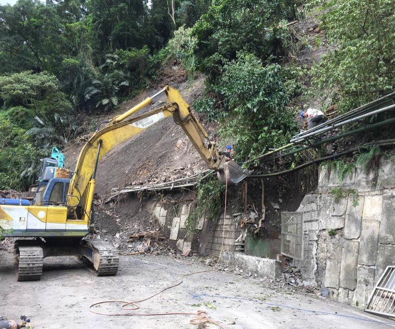 通往鳩之澤溫泉道路上(5)月底發生上邊坡坍方,造成唯一道路中斷