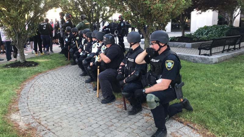 ▲紐約水牛城的警方單膝跪地示意。(圖/翻攝自推特)