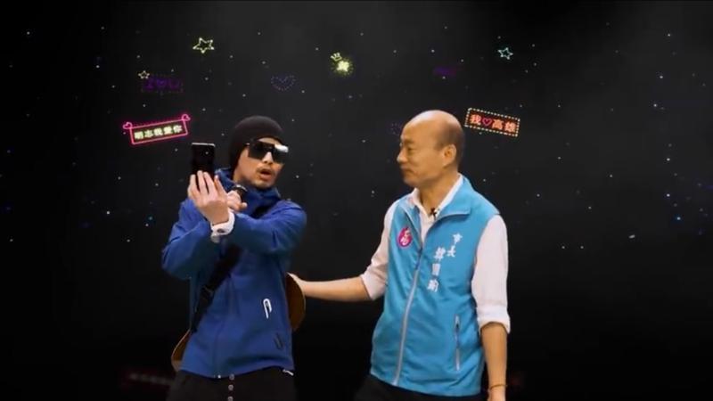 ▲黃明志(左)和韓國瑜(右)開心合影。(圖/Namewee