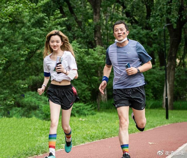 ▲李亞鵬(右)與女兒李嫣一起參與公益活動。(圖/翻攝微博)