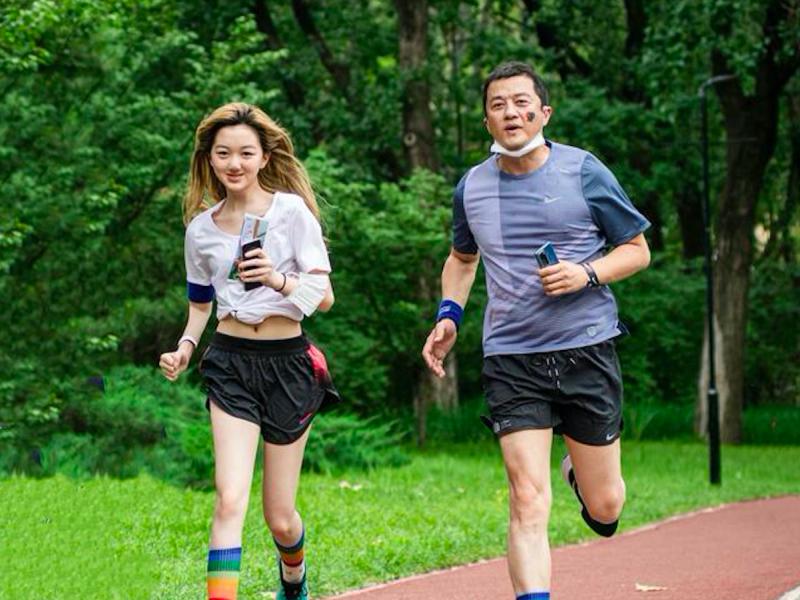 王菲14歲愛女秀蠻腰、白嫩長腿 李嫣好身材曝光