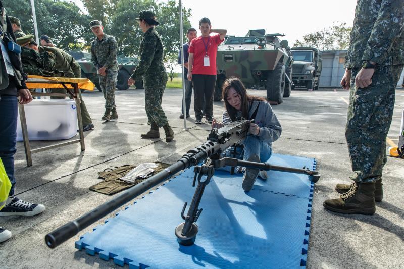 國防部暑戰營「順時中」 學生戴口罩玩戰鬥營