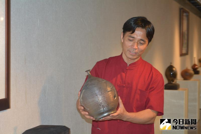 ▲李仁燿的小口瓶,0.01公分口徑的瓶口僅容一根髮絲。(圖/記者郭政隆攝影)