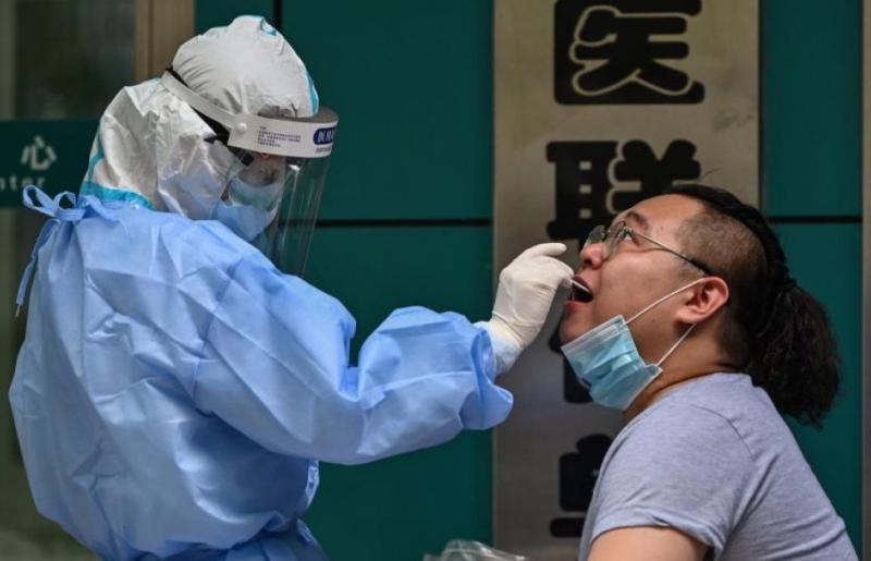 ▲武漢當地醫護人員正在進行採樣。(圖/美聯社/達志影像)