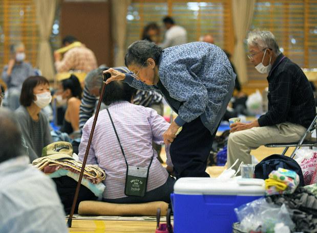 ▲去年 10 月颱風 19 號(哈吉貝颱風)造成日本多地嚴重淹水,大批民眾前往避難所避難。(圖/翻攝自日本《每日新聞》)