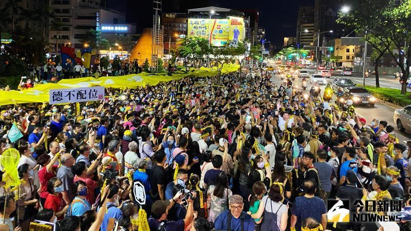 ▲罷韓團體今(3)日晚舉辦追念228遊行,吸引數千名眾參加,一路高喊「6月6日,出來投票。(圖/記者張文晃攝,2020.06.03)