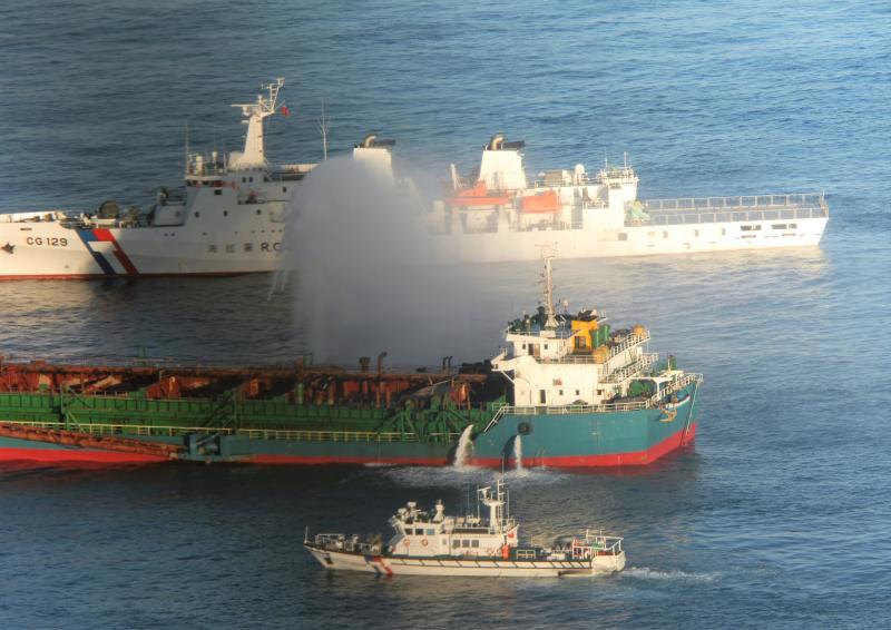 海巡硬起來!聯合取締七美台灣灘違法抽砂扣押陸船