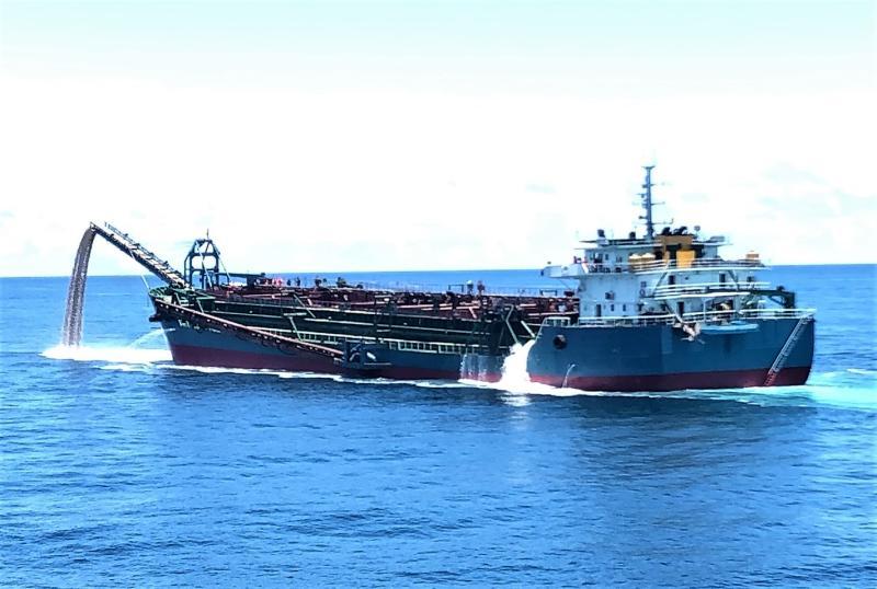 ▲執法艦艇於澎湖七美西南方46浬處臺灣灘海域,經搜索發現「海航5679」抽砂船正違法盜砂。(圖/海巡署提供)