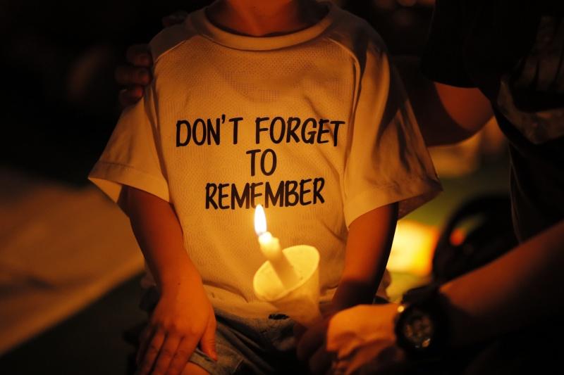 ▲香港原則上每年都會舉行六四事件悼念會,但今年卻因規定而無法舉行。圖為 2019 年香港悼念現場。(圖/美聯社/達志影像)