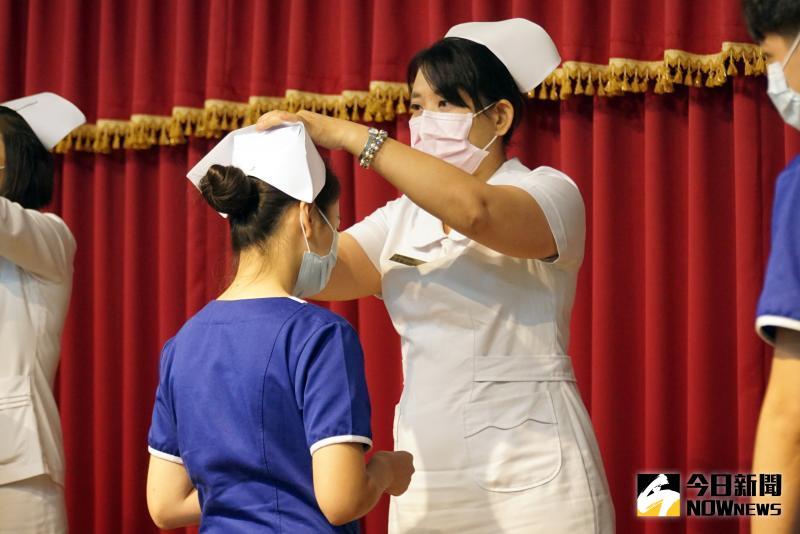 ▲大葉大學護理系師長為女學生戴上護理師帽。(圖/記者陳雅芳攝,2020.06.04)
