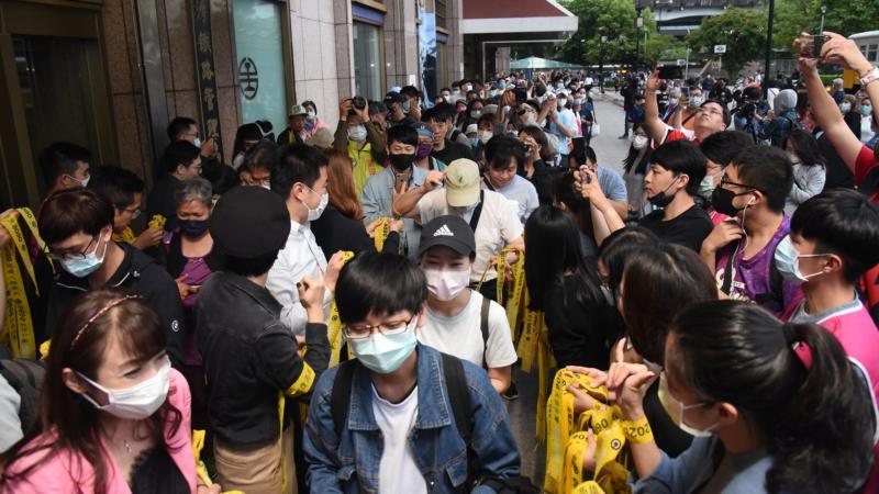 ▲從罷免成案後,罷免團體發送黃絲帶及貼紙,要維持罷免熱度,20日更到台北車站,號召北漂族返鄉投票。