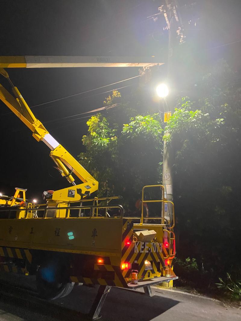▲埔鹽鄉彰水路大停電,有2千多戶無電可用,台電人員從員林市過來漏夜搶修。(許文萍提供