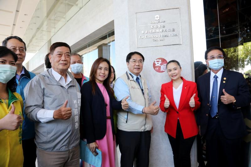 台南市長黃偉哲與飯店業者共同宣傳安心旅宿標章,讓旅客認明標章安心住、放心玩台南。