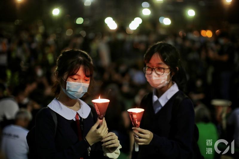 ▲香港學生手持燭光。(圖/翻攝自《香港