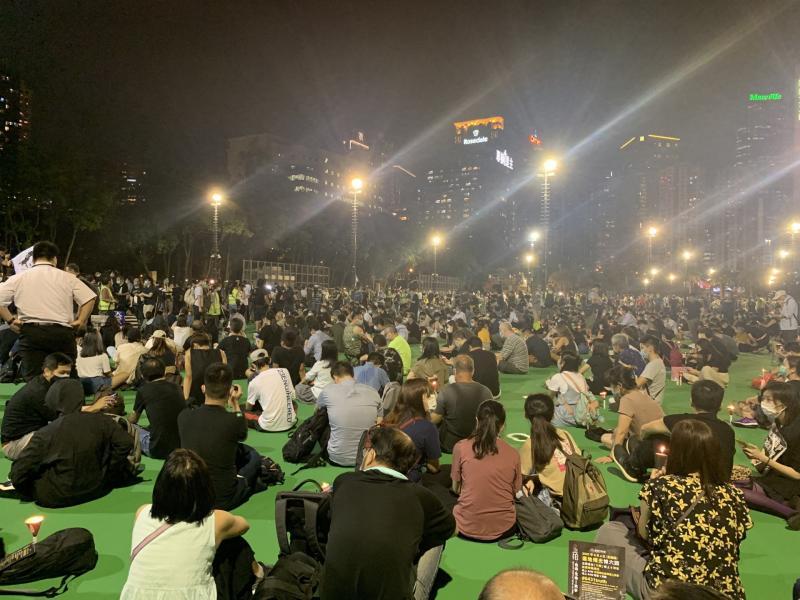 ▲民眾於足球場內聚集。(圖/翻攝自《香港