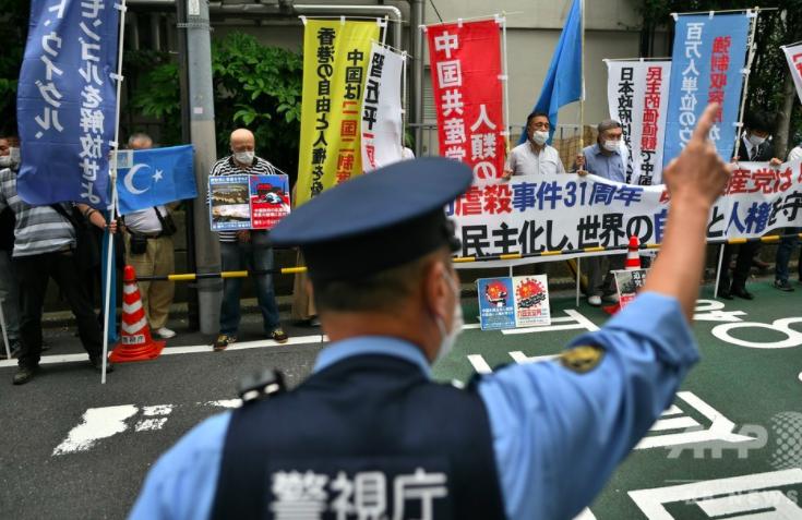 ▲東京中國駐日大使館前,民主派團體抗議。(圖/翻攝自日本AFP)