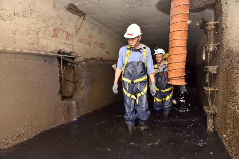 ▲韓國瑜視察高雄市區下水道,主攻「路平燈亮水溝通」。(圖/高雄市政府提供)
