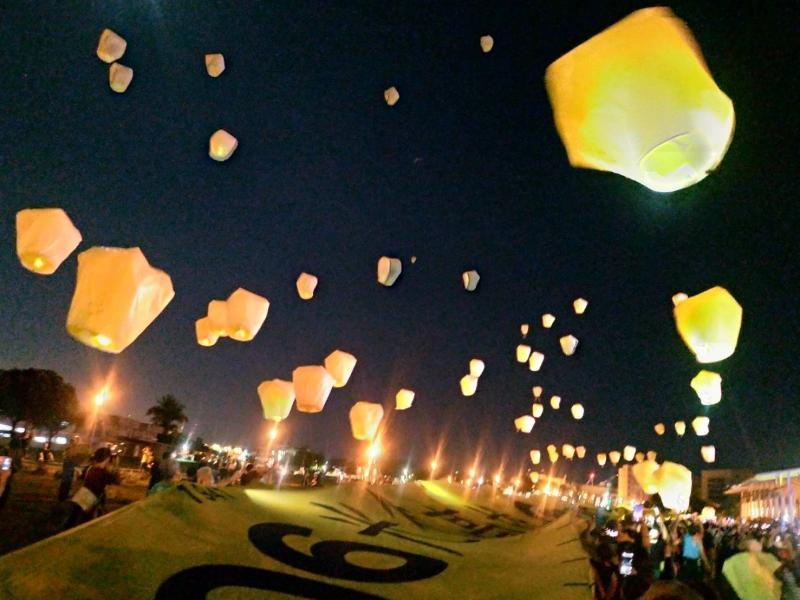 罷韓團體辦「<b>六四</b>撐香港」遊行 百顆天燈升空祈福