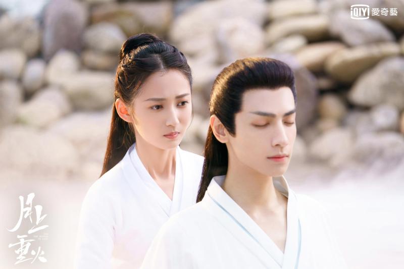 ▲陳鈺琪(左)與羅雲熙相擁泡溫泉。(圖