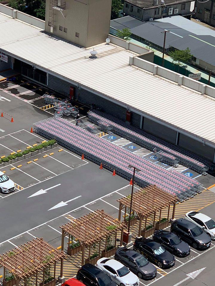 ▲員工正在整理推車,將推車一一排列整齊曬在豔陽底下殺菌。(圖/翻攝自