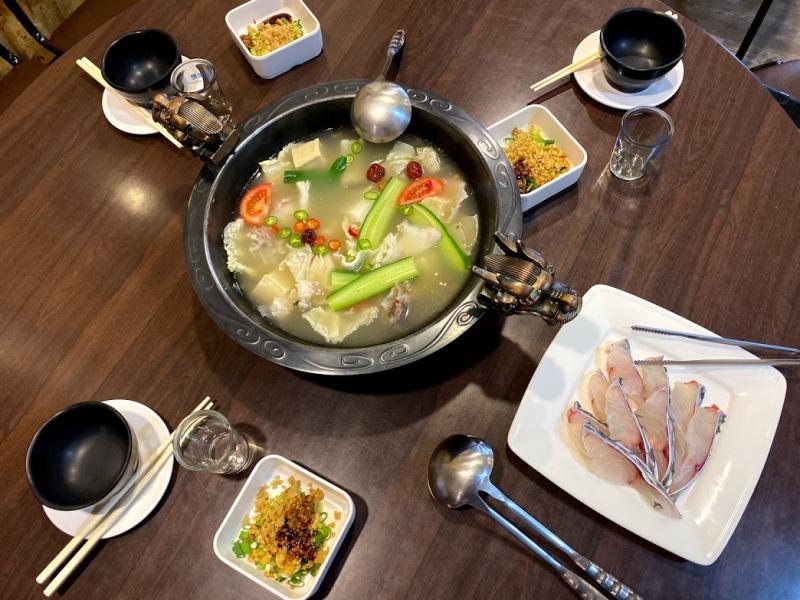 「蜀香」鮮魚火鍋湯頭「麻而不辣」,配上台灣鯛及特製佐醬,征服不少饕客味蕾
