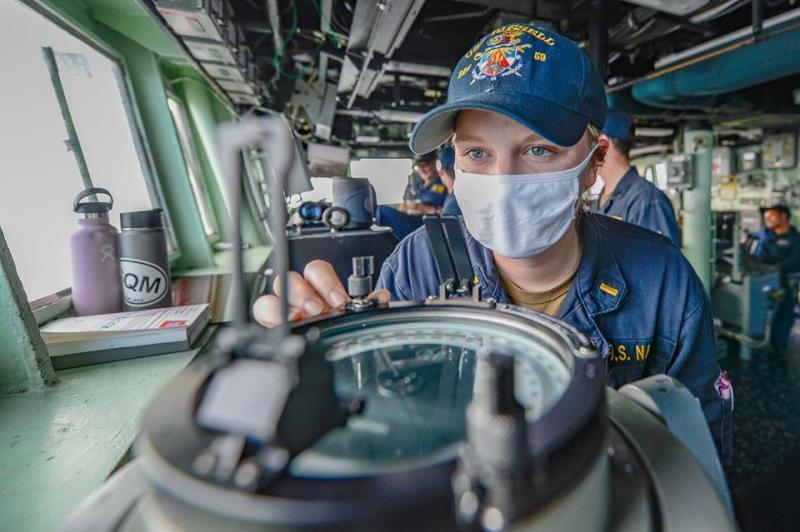 ▲美軍拉塞爾號通過台海,因應防疫,官兵皆戴口罩執勤。(圖/第七艦隊臉書)