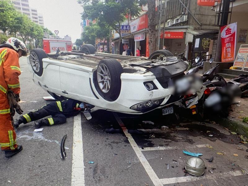 小轎車駕駛精神不濟 衝撞路人及機車後翻覆