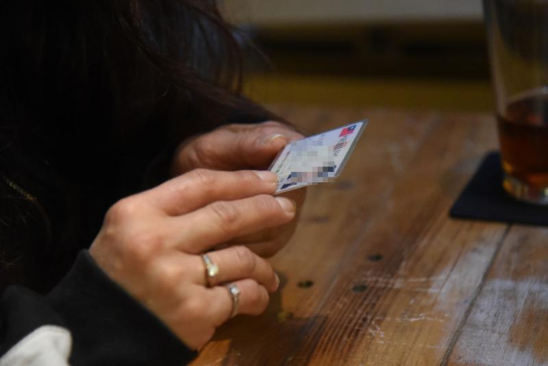 ▲遭腥夫感染愛滋的外籍配偶阿瑤,面臨要被遣返出境的困難,經過多年官司纏鬥,才終於留下來並且拿到身分證。(圖/記者陳明安拍攝)