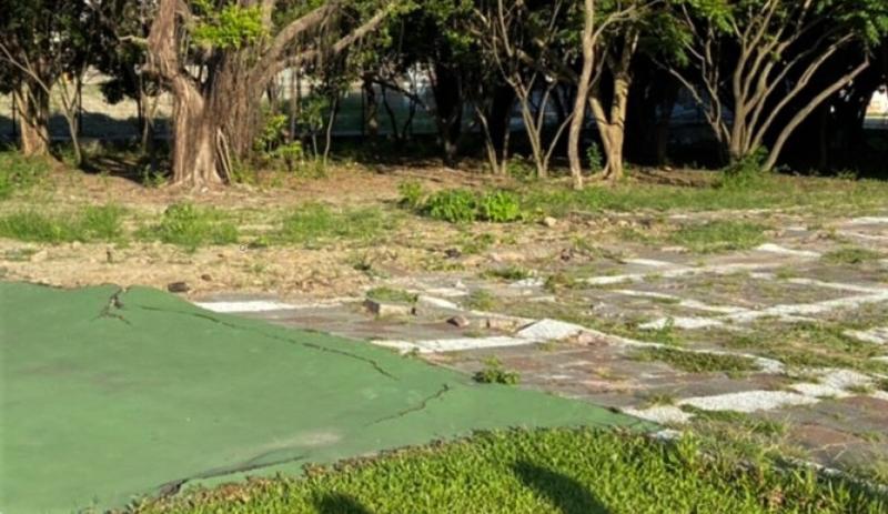 ▲校園地面鋪設破損,險象環生。(圖/記者蘇榮泉攝,2020.06.05)