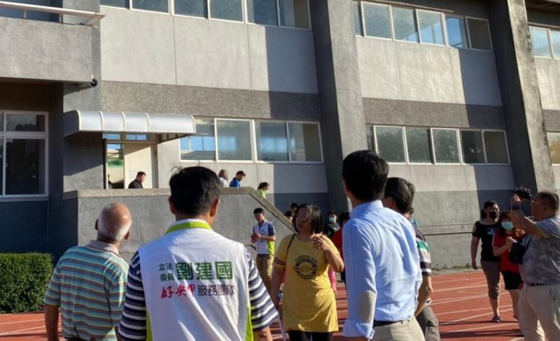 ▲教學大樓外牆面磁磚剝落等多項設施也嚴重受損。(圖/記者蘇榮泉攝,2020.06.05)