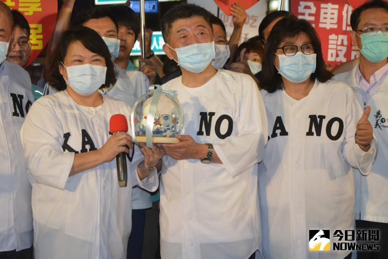 ▲黃敏惠市長致贈因戴口罩紅到日本的縮小Q版大白熊作為贈禮。(圖/記者郭政隆攝影2020.6.5)