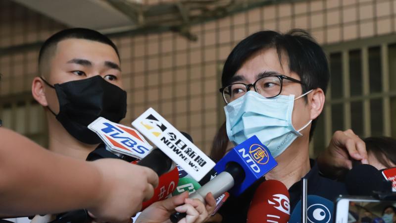 ▲行政院副院長陳其邁與兒子投完罷免票後,一同出面接受媒體訪問。(圖/記者葉政勳攝,2020.6.6)