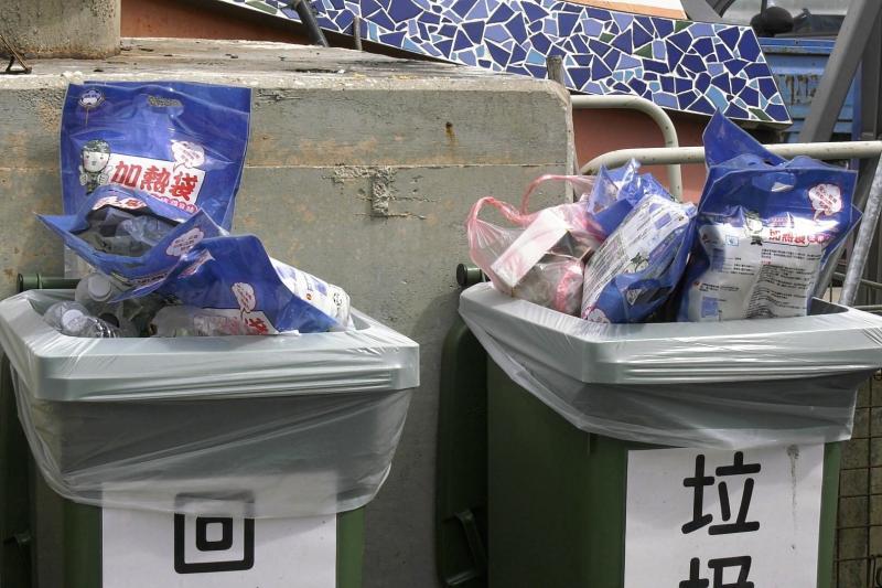 ▲旅客從大膽島上所帶下來的垃圾並未做垃圾分類,被隨意丟棄在小金門九宮碼頭垃圾桶內。(圖/記者蔡若喬攝)