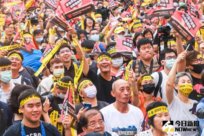高雄市長罷免案韓國瑜以93萬8千票通過被罷免,支持罷免韓國瑜的高雄市民難掩開心情緒。(圖/記者葉政勳攝 , 2020.06.06)