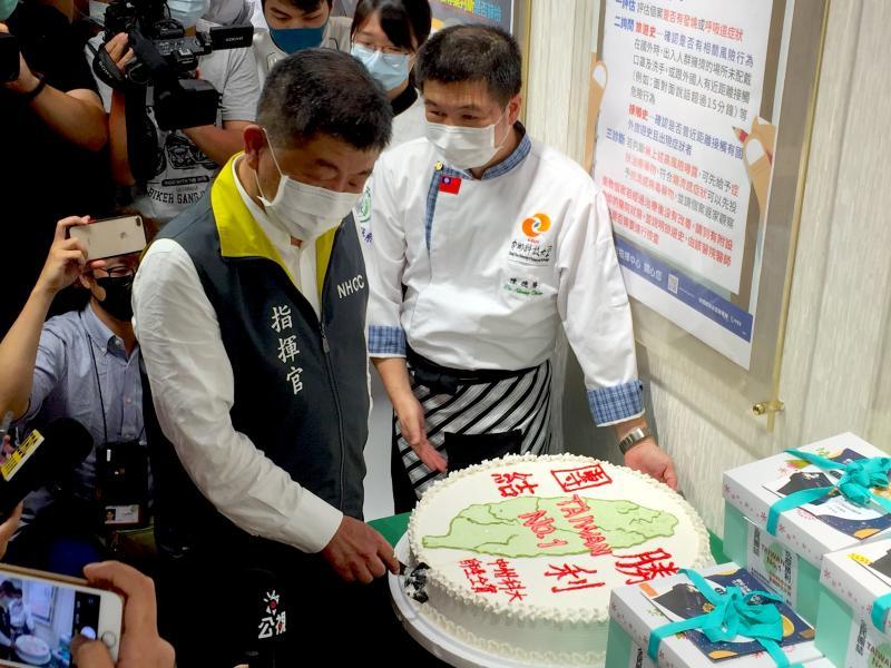 抗議勝利!中州科大贈指揮中心20吋大蛋糕慶祝