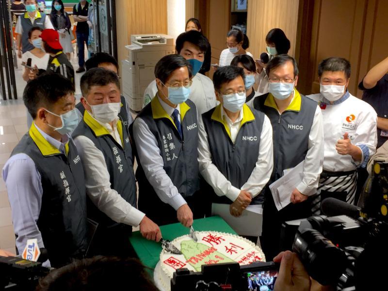 ▲中州科大致贈20寸大蛋糕,並附上「全民團結,抗議勝利」的標語,慶祝台灣終於解封。(圖/記者黃仁杰攝,2020.06.07)