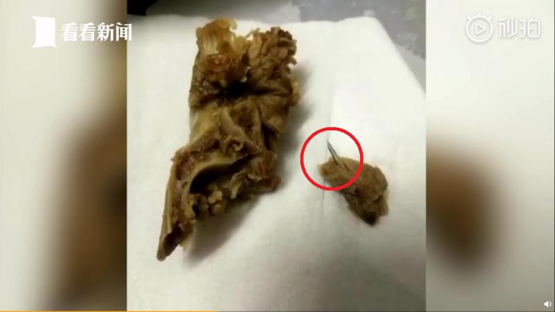 ▲中國大陸廣東省廣州一名男子發現買來的豬骨內有針頭。(圖/翻攝看看新聞微博)