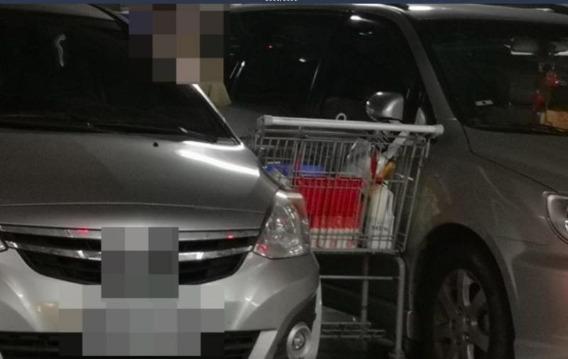▲一名消費者將推車硬擠到兩台車的縫隙卸貨。(圖/翻攝爆怨公社)