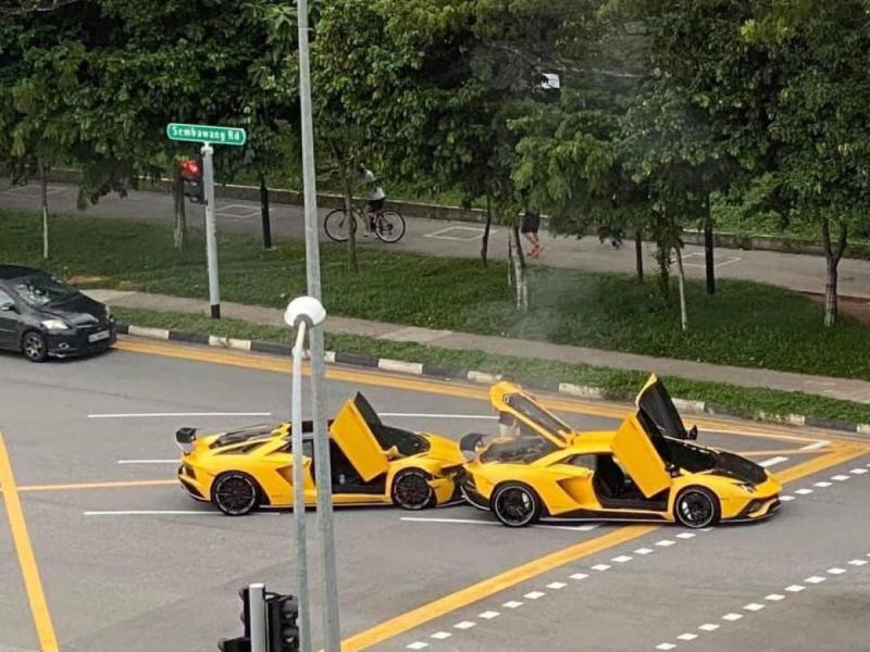 ▲這兩台車款、配色相仿的超跑互撞景象讓在地民眾紛紛拿起手機拍照。(圖/翻攝自臉書