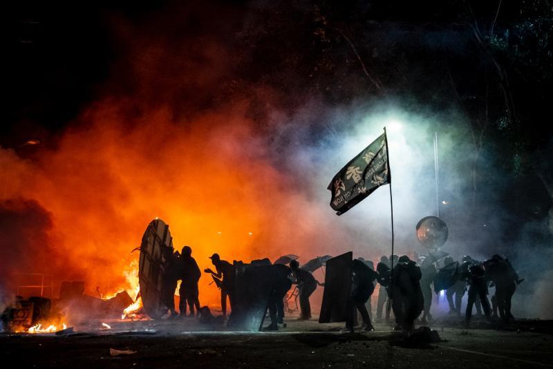 ▲「煙像一個局,煙霧中心有一夥人,那夥人就像一個獨立的團體——身處困局內。」陳朗熹形容道。攝於2019年11月12日,香港中文大學二號橋,警察與示威者發生衝突。(攝影/陳朗熹)