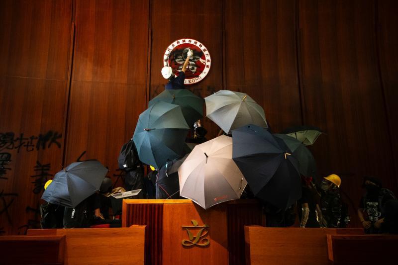 ▲香港攝影記者協會主辦的《前線.焦點2019》新聞攝影比賽「年度照片」。攝於去年7月1日,立法會議事廳。(攝影/陳朗熹)