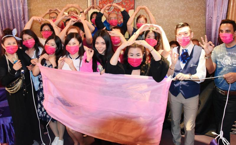 ▲粉絲大方捐贈口罩給夏沐(前排右二)。(圖/聲達科技音樂有限公司提供)
