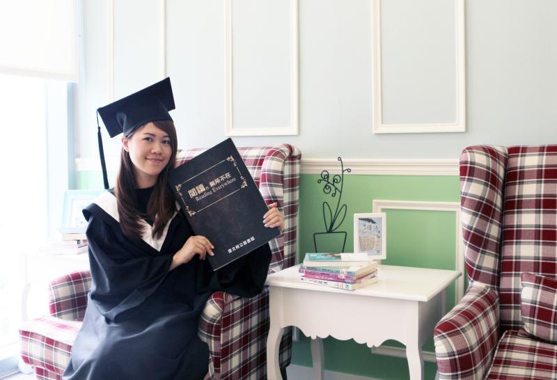 ▲畢業季來到,新北市立圖書館總館、五股、汐止、以及青少年分館6月份為畢業生準備了專屬「書香畢業禮」。(圖/新北市圖書館提供)