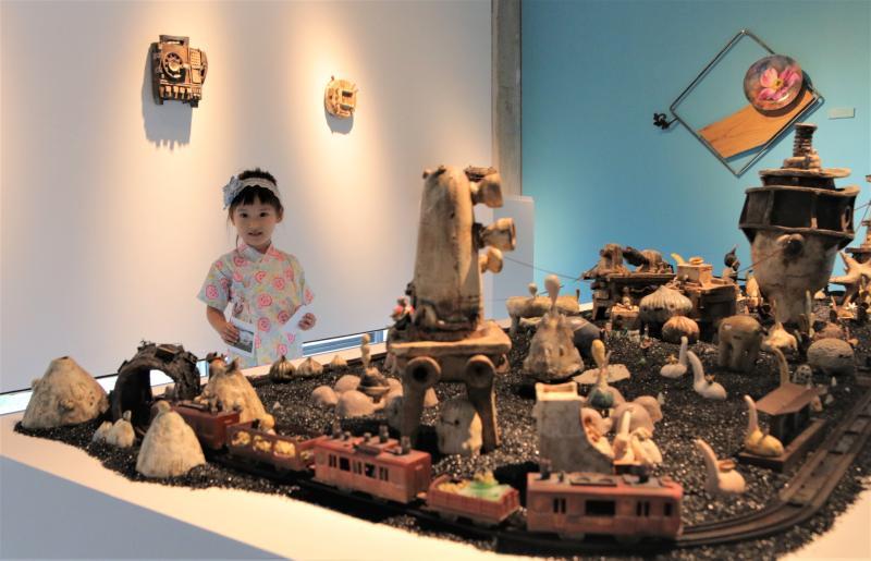 ▲新北市立鶯歌陶瓷博物館「亞熱帶花園︰彩繪陶瓷展」中,其中的作品是阿咧和徐橘喵的《一個備忘紀的地方》,呈現一座擁有各種萌系怪獸的小島。(圖/鶯歌陶瓷博物館提供)